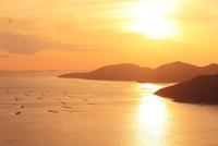 瀬戸内海・相生湾の夕日 11076013263| 写真素材・ストックフォト・画像・イラスト素材|アマナイメージズ