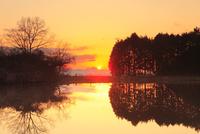 櫛山古墳前のドロ池より望む二上山と夕日