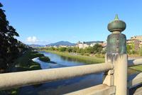 五条大橋から鴨川と比叡山を望む