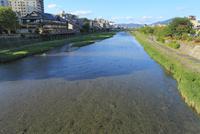 五条大橋から望む鴨川と納涼床