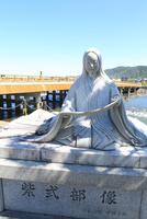 紫式部像と宇治橋