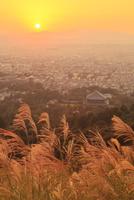 秋の若草山より奈良市街と夕日 11076013469| 写真素材・ストックフォト・画像・イラスト素材|アマナイメージズ