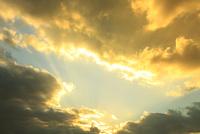 斜光と雲 11076013510  写真素材・ストックフォト・画像・イラスト素材 アマナイメージズ