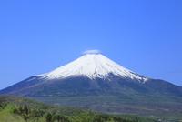 二十曲峠より新緑の富士山と傘雲