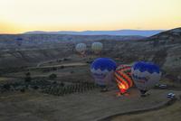 気球から見下ろす朝焼けのカッパドキヤと気球