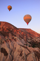 気球から見下ろす朝焼けのカッパドキヤと気球 11076014006| 写真素材・ストックフォト・画像・イラスト素材|アマナイメージズ