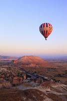 気球から見下ろす朝焼けのカッパドキヤと気球 11076014007| 写真素材・ストックフォト・画像・イラスト素材|アマナイメージズ