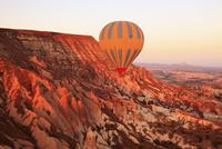 気球から見下ろす朝焼けのカッパドキヤと気球 11076014008| 写真素材・ストックフォト・画像・イラスト素材|アマナイメージズ