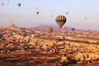 気球から見下ろす朝焼けのカッパドキヤと気球 11076014018| 写真素材・ストックフォト・画像・イラスト素材|アマナイメージズ