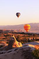 気球から見下ろす朝焼けのカッパドキヤと気球 11076014024| 写真素材・ストックフォト・画像・イラスト素材|アマナイメージズ