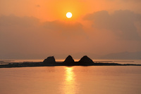 三郎島の日の出 11076014375| 写真素材・ストックフォト・画像・イラスト素材|アマナイメージズ