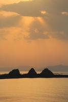 三郎島の日の出 11076014376| 写真素材・ストックフォト・画像・イラスト素材|アマナイメージズ
