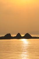三郎島の日の出 11076014377| 写真素材・ストックフォト・画像・イラスト素材|アマナイメージズ