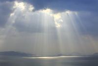 光芒射す瀬戸内海 11076014379| 写真素材・ストックフォト・画像・イラスト素材|アマナイメージズ