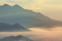 朝焼けの雲海 11076014453| 写真素材・ストックフォト・画像・イラスト素材|アマナイメージズ