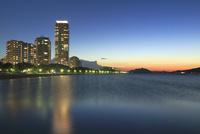 高層住宅のある浜辺の夜景 11076014476| 写真素材・ストックフォト・画像・イラスト素材|アマナイメージズ