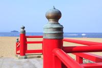 津田の松原海岸の赤い橋