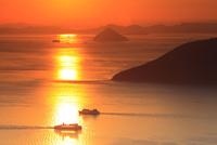 備讃瀬戸の夕景 女木島と大槌島  11076014513| 写真素材・ストックフォト・画像・イラスト素材|アマナイメージズ