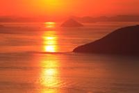 備讃瀬戸の夕景 女木島と大槌島  11076014515| 写真素材・ストックフォト・画像・イラスト素材|アマナイメージズ