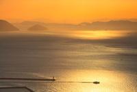 備讃瀬戸の夕景 屋島より瀬戸大橋と小槌島 11076014519| 写真素材・ストックフォト・画像・イラスト素材|アマナイメージズ