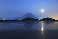 讃岐富士(飯野山)に満月と宮池