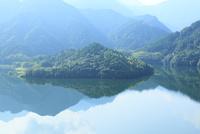 黒瀬湖(黒瀬ダム湖) 11076014547| 写真素材・ストックフォト・画像・イラスト素材|アマナイメージズ
