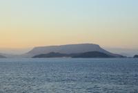 屋島と大島に瀬戸内海 11076014564| 写真素材・ストックフォト・画像・イラスト素材|アマナイメージズ