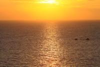 津田より瀬戸内海の朝日 11076014606| 写真素材・ストックフォト・画像・イラスト素材|アマナイメージズ