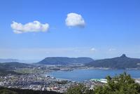 志度湾より屋島と五剣山 11076014640| 写真素材・ストックフォト・画像・イラスト素材|アマナイメージズ