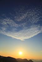 夕日と夕焼け雲 11076014665| 写真素材・ストックフォト・画像・イラスト素材|アマナイメージズ