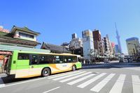 雷門交差点と都営バスに東京スカイツリー