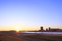 荒川より東京の街並みと朝日