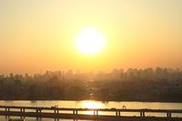 都心のビル群と首都高速道路に夕日