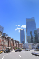 東京駅とビル群