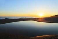 夕日と海 11076014867| 写真素材・ストックフォト・画像・イラスト素材|アマナイメージズ