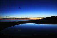 夕焼けの海と月