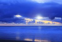 夕日と海 11076014888| 写真素材・ストックフォト・画像・イラスト素材|アマナイメージズ