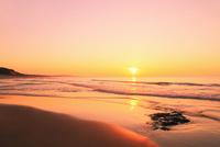 夕日と海 11076014889| 写真素材・ストックフォト・画像・イラスト素材|アマナイメージズ