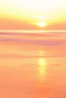 夕日と海 11076014893| 写真素材・ストックフォト・画像・イラスト素材|アマナイメージズ
