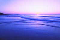 夕日と海 11076014894| 写真素材・ストックフォト・画像・イラスト素材|アマナイメージズ