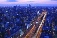阪神高速道路と大阪市街夕景 11076015029| 写真素材・ストックフォト・画像・イラスト素材|アマナイメージズ
