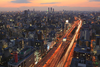 阪神高速道路と大阪市街夕景 11076015030| 写真素材・ストックフォト・画像・イラスト素材|アマナイメージズ