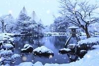雪降る兼六園 ことじ灯籠