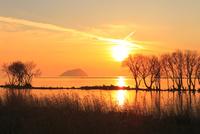 湖北 竹生島の夕景 11076015116| 写真素材・ストックフォト・画像・イラスト素材|アマナイメージズ