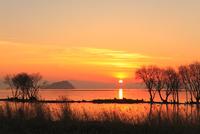 湖北 竹生島の夕景 11076015120| 写真素材・ストックフォト・画像・イラスト素材|アマナイメージズ
