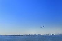 東京港よりビル群と飛行機