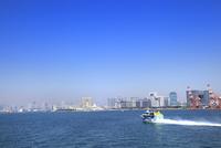 東京港よりレインボウブリッジと東京タワー