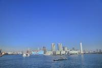 東京港よりビル群とスカイツリーに水上バス