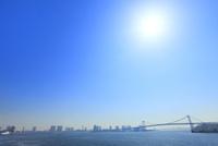東京港よりレインボーブリッジと太陽 11076015221| 写真素材・ストックフォト・画像・イラスト素材|アマナイメージズ