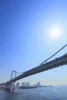 東京港よりレインボーブリッジと太陽 11076015224| 写真素材・ストックフォト・画像・イラスト素材|アマナイメージズ